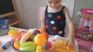 Развитие малышей. Играем с мамой. Готовим салат из овощей, учим название овощей и фруктов.