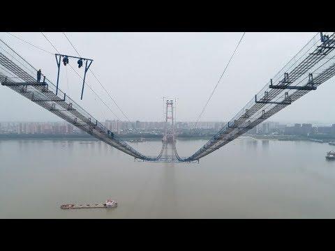 """Sky Ladder"" Erected over Yangtze River for Bridge Construction"