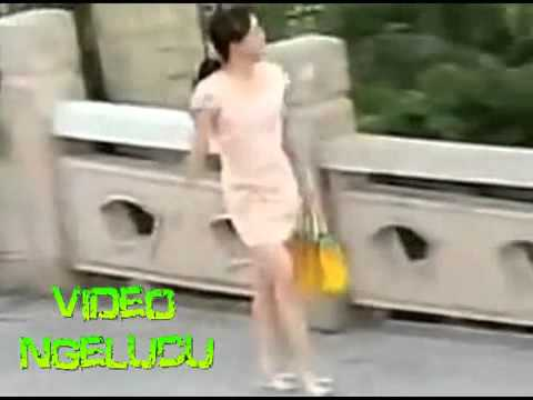 VIDEO LUCU 'ORANG GILA REMAS SUSU CEWEK CANTIK YANG MELINTASINYA