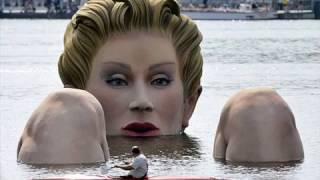 أمرأة عملاقة داخل بحيرة