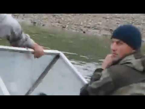 Полицейские рыбачат на сети Новобирилюссы.