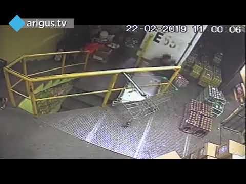 На складе магазина в Улан-Удэ водитель грузовика насмерть придавил грузчика