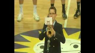 Marquardt Petersen spielt die deutsche Nationalhymne auf seiner Trompete