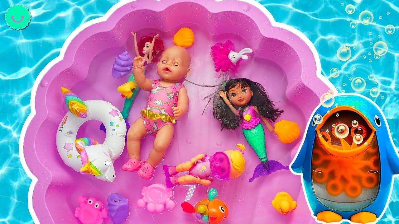 Kelly Baby Born se da su primer baño con juguetes, Dora la Exploradora sirena, Ariel y burbujas