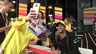 """В Сочи болельщики лично оценили трассу, по которой проедут гонщики Гран-при """"Формулы - 1""""."""