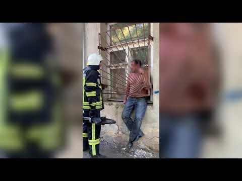 MYKOLAIV DSNS: Рятувальники вивільнили чоловіка, який застряг у металевій решітці вікна