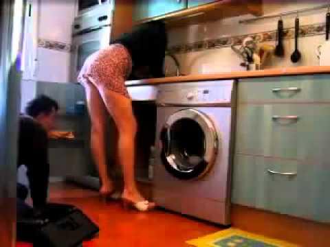 Dona de casa safada levantando a saia pro encanador youtube for Follando cocina