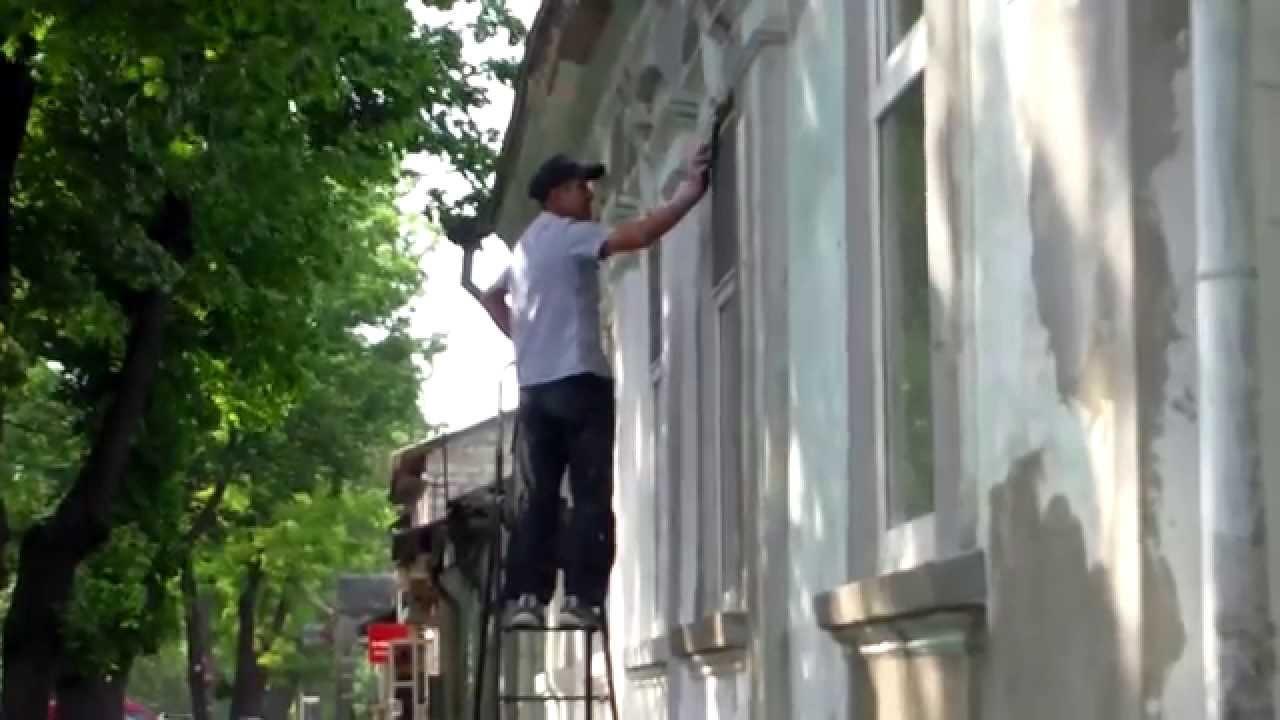 Șantier impovizat cu muncitor tremurînd pe scară