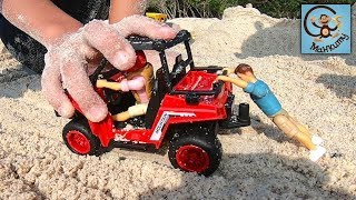 Дети и машинки игрушки. Даня и Диана играют машинками на пляже. МанкиТайм