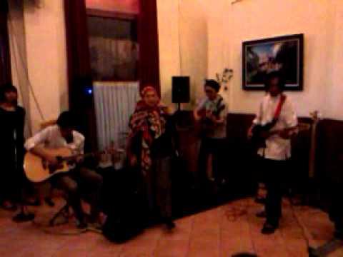 langkah peri - cherry Bombshell  'Berbukalah dengan yang Galau' live at Braga Cafe, 12 Aug 2012 ,