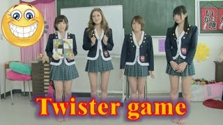 Hermosas Japonesas jugando Twister, Beautiful Japanese playing Twis...