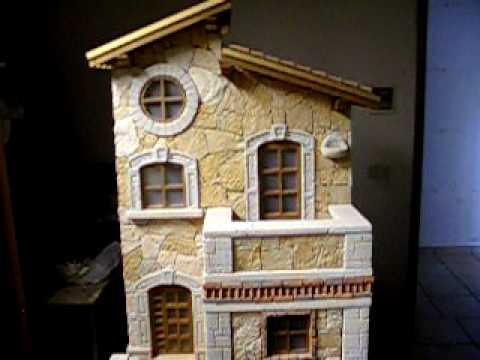 casetta in miniatura da giardino in fase di costruzione