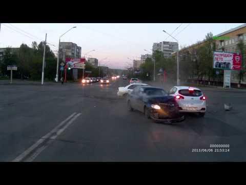 ДТП на перекрестке Октябрьский и б-р Строителей 06.06.2013