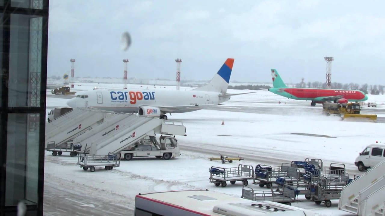 Aeroporto Kiev : Aircrafts cover with snow at kiev boryspil international airport