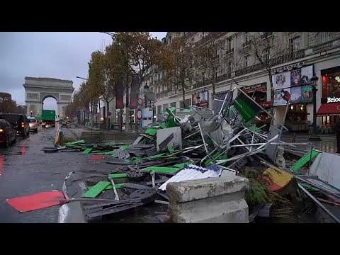 شاهد: فرق التنظيف تزيل ما خلفته اشتباكات الأمس بين الشرطة والمتظاهرين في باريس…