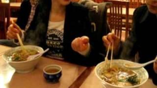 中国人が東京のラーメンを食べる.