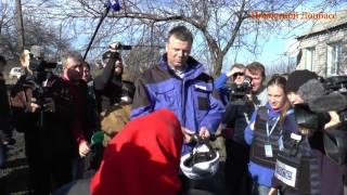 Бабушка из Зайцево обматерила Александра Хуга и журналистов