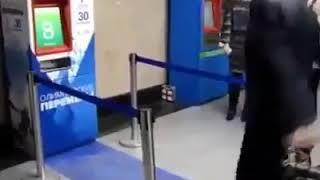 الة سحب تذاكر في محطة مترو موسكو تعمل  بفكره ابداعيه للحصول ع تذكره مجانيه