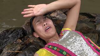 Primitive life: Pretty Girl's Build Stone Bed To Sleeep Meet Big Carp Attack - Cooking Big Fish