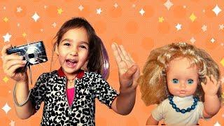 Алиса выбирает профессию фотографа и устроила фотосессию для куклы