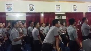 Polisi duet lagu kandas