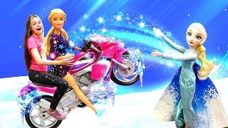 Куклы Барби иЭльза Холодное Сердце намотоцикле! —Видео скуклами для девочек про поиски Леди Баг