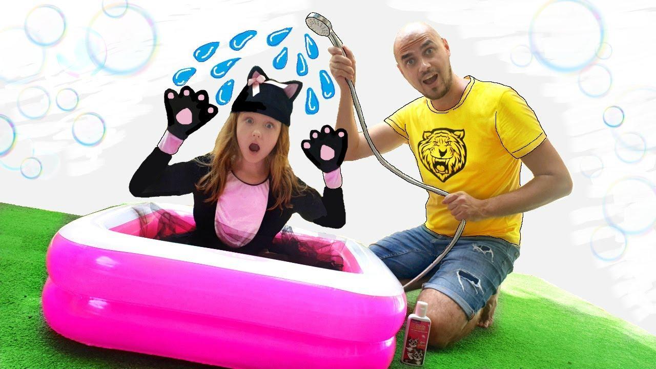 Nastya se convirtió en un gatito divertido Nastya turned into a funny kitten