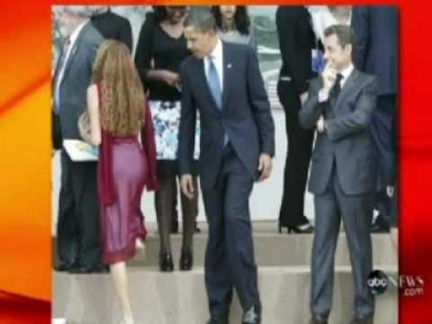 OBAMA E SARKOZY CATTURATI DAL SEDERE DI UNA GIOVANE BRASILIANA AL G8 ALL'AQUILA