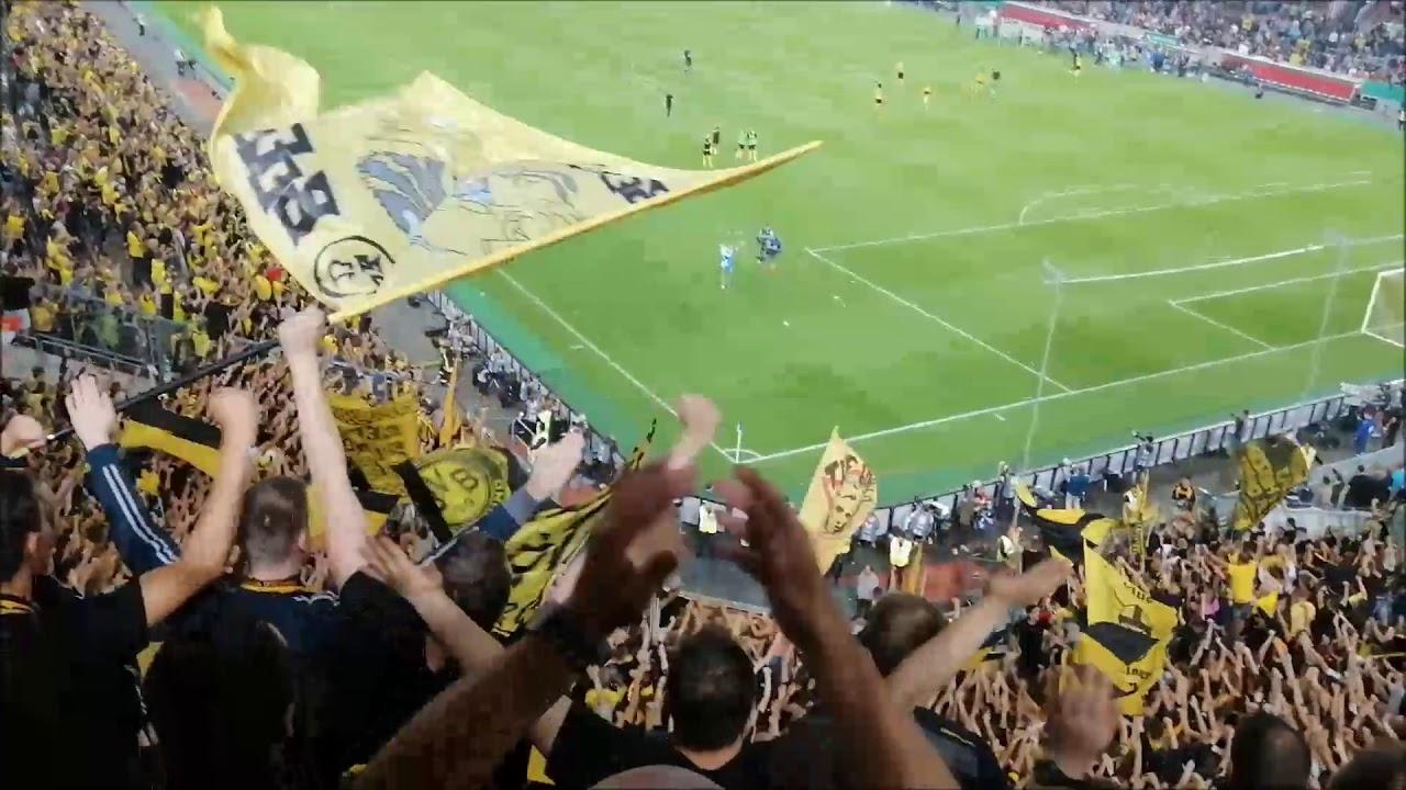 BVB Fans feiern Kevin Großkreutz nach dem Pokalspiel / KFC Uerdingen - BVB (0:2)