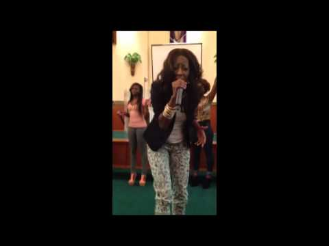 Pastor Le'Andria Johnson singing I don't look like & Break Every Chain