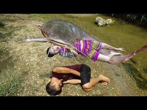 Primitive Life : Smart Girl Catch Fish The Most Dramatic Big Fish On Stream
