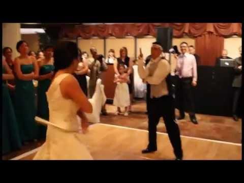 Chú rể cô dâu biểu diễn CÔN NHỊ KHÚC tại lễ cưới