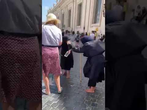 Le mendicanti gobbe litigano a San Pietro e la schiena si raddrizza