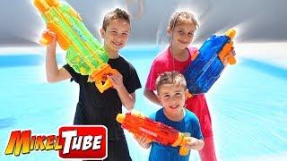 WARS BANZAI Jugamos con Pistolas de Agua thumbnail