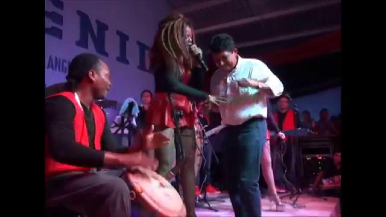 Las chicas rolands que suenen los tambores en vivo langue valle