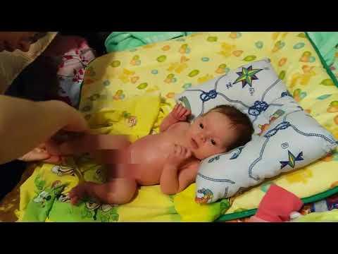 Уход за новорожденным.Лизу мажут маслом перед первым купанием.