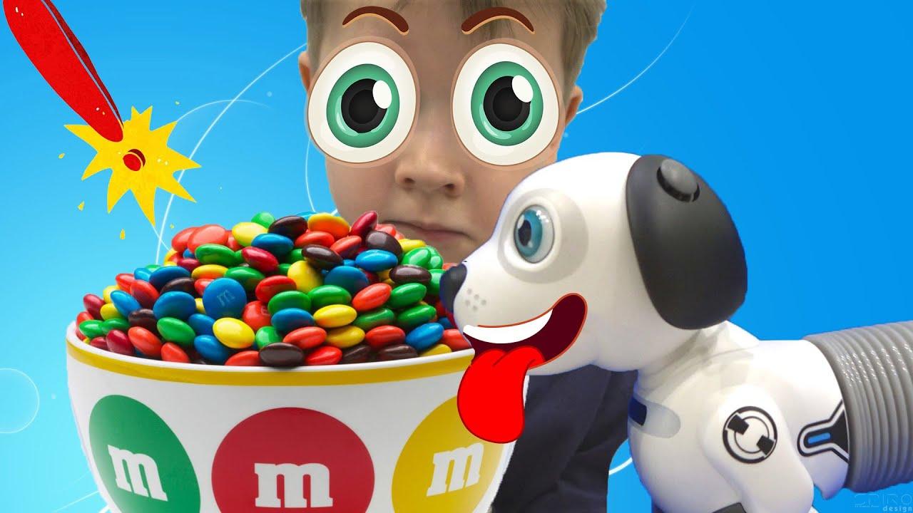 Макс играет с игрушечной собакой - видео для детей