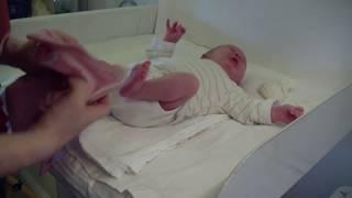 Ein Neugeborenes anziehen