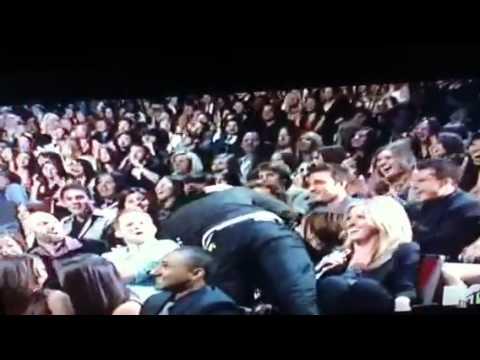 Robert paterson kisses Taylor lautner!