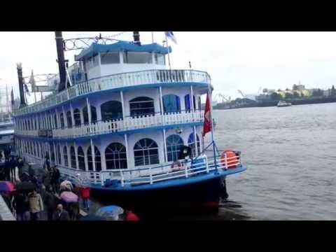 El Barco Azul En El Puerto De Hamburg-Alemania