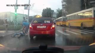 Гипс на ноге не учит внимательности(Молодой человек с гипсом на ноге так спешил перебежать дороге, что не заметил такси, в которое и влетел., 2013-07-31T07:40:07.000Z)