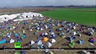 История одного беженца: переводчик из Ирака оказался заперт в Греции вдали от семьи(Тысячи беженцев живут на греко-македонской границе. Каждый из них надеется, что рано или поздно сможет попа..., 2016-03-29T12:09:22.000Z)