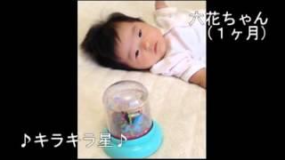 枕元のオルゴールをじっとみる1ヶ月の赤ちゃん