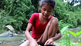Survival skills: Find & catch crabs at river Boiled on clay for food - Cooking crab eating delicious