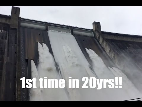 *Earthquake Shakes Seattle* | Mighty Shasta Dam TOPS spillway! First time since last major flood!