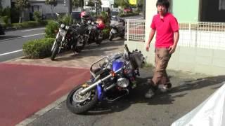 輪ゴム一本で簡単に!倒れたバイクの引き起こし方を本物の教習車で解説