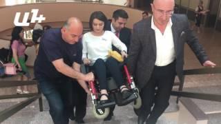 Զարուհի Բաթոյանին նիստերի դահլիճ բարձրացրեցին գրկած