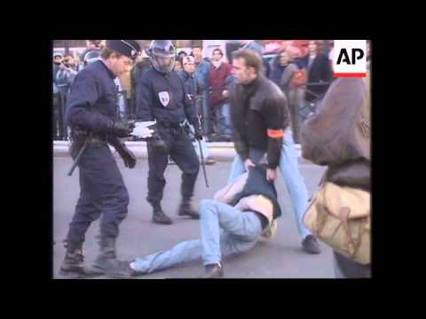 FRANCE: PARIS: UNIVERSITY STUDENTS CLASH WITH RIOT POLICE