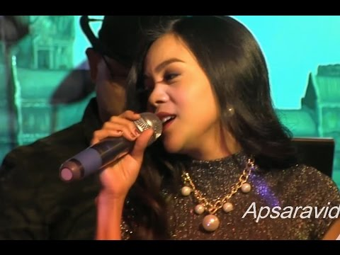 ទឹកហូរ - Chhuon Sreymao sings Cambodian oldie  at Legend Seafood Restaurant