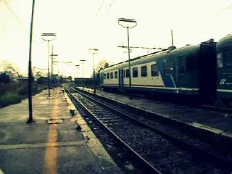 L 39 arrivo del treno regionale di passaggio nella stazione for Piani del granaio di campagna